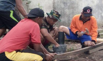 pembuatan kandang unggas di Asrama Bosbow, Jalan Diponegoro Nomor 39 Kota Madiun, Jawa Timur, Minggu (5/1).
