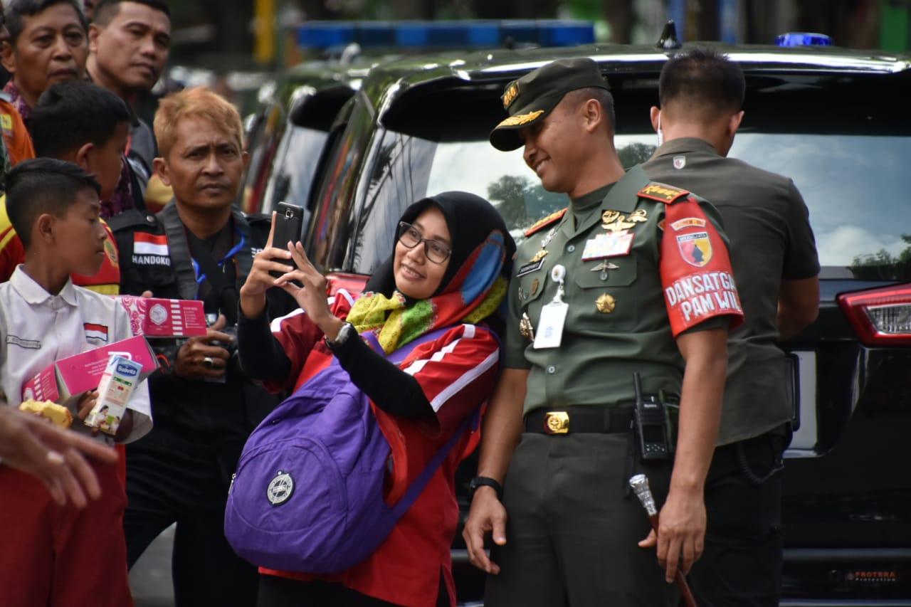 Senyum Ramah Kolonel Sudaryanto Pikat Perhatian Publik