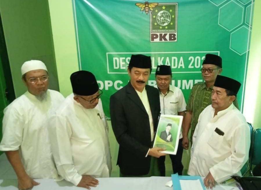 Fattah Jasin saat mengembalikan formulir ke Kantor DPC PKB Sumenep