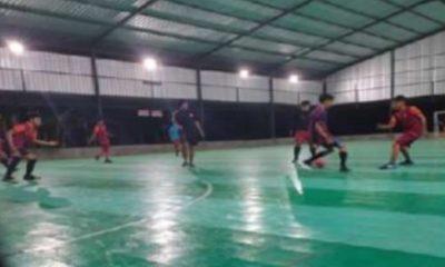 Tampak asyik, para pemain sedang menikmati lapangan futsal di Desa Rombasan Kecamatan Pragaan. (FOTO: NUSANTARANEWS.CO/Mahdi)
