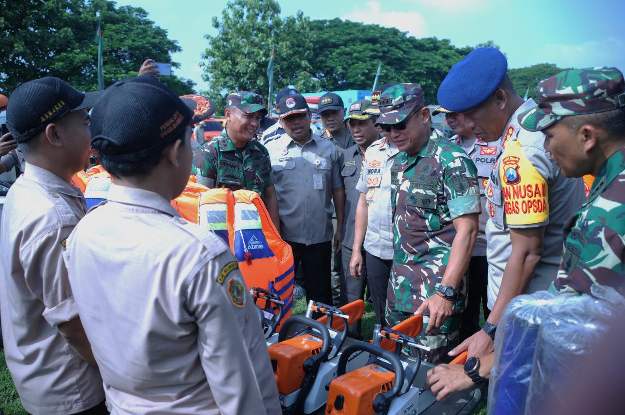 Komandan Korem 082/CPYJ, Kolonel Arm Ruly Chandrayadi meninjau alat perlengkapan bencana di Lapangan Desa Pacing, Kecamatan Bangsal pada Kamis (9/1/2020). (Foto: Istimewa)