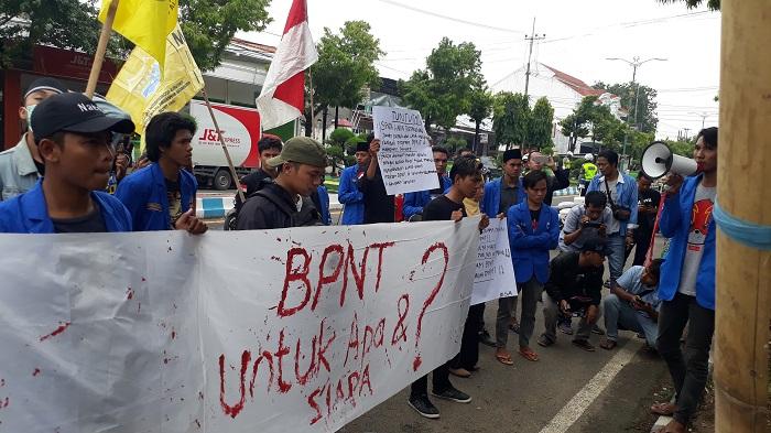 Aksi mahasiswa di depan Kantor Cabang Bank Mandiri Sumenep. (FOTO: NUSANTARANEWS.CO/Mahdi)