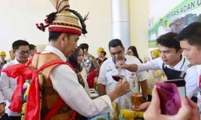 Jokowi saat menikmati Kopi Krayan