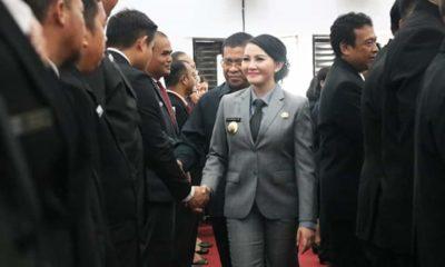 Bupati Landak, Karolin Margret Natasa menyalami para pejabat baru di Pemkab Landak. (Foto: Eddy S)