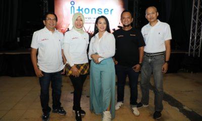 Direktur Consumer Service Telkom Siti Choirina (kedua dari kiri), bersama Direktur Utama Metranet Widi Nugroho (paling kiri), Direktur Rajawali Indonesia Communication Anas Syahrul Alimi (kedua dari kanan), Penyanyi Yura Yunita (tengah), dan Executive General Manager Divisi TV Video Telkom Anak Agung Gede Mayun Wirayuda (paling kanan) saat acara peluncuran i-Konser Channel di Jakarta, Rabu (29/1).