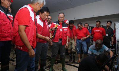 Direktur Utama Telkom Ririek Adriansyah (ketiga dari kiri) bersama Direktur Network & IT Solutions Zulhelfi Abidin (kedua dari kiri), Acting CEO Telkomsel Heri Supriadi (kelima dari kiri), Direktur Network Telkomsel Iskriono Windiarjanto (paling kiri) beserta jajaran Senior Leaders Telkom meninjau kondisi perangkat jaringan yang terdampak bencana banjir di Sentral Telepon Otomat (STO) Telkom Juanda, Bekasi, Jawa Barat, Kamis (2/1).