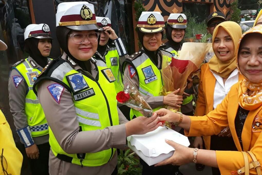 HUT ke-60, Kader MKGR Bagi Bunga untuk Petugas Pengamanan Tahun Baru