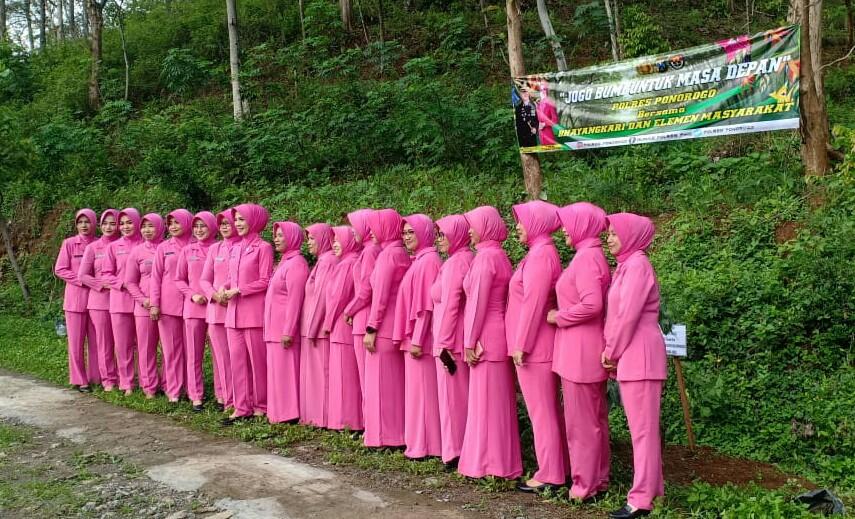 gerakan penghijauan 'Jogo Bumi Reog'. Penyelamatan bumi tersebut dilaksanakan Jumat (10/1/2020) pagi di Dukuh Tapak Jaran Dawetan, Desa Caluk, Kecamatan Slahung, Kabupaten Ponorogo.
