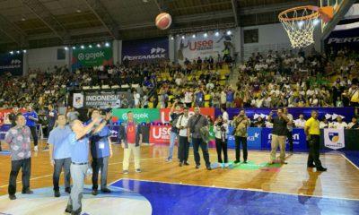 Menteri Pemuda dan Olahraga RI (Menpora) Zainudin Amali secara simbolis melempar bola basket sebagai pembukaan League (IBL) 2020 pada seri pertama di GOR Sahabat, Pedurungan, Semarang, Jawa Tengah, Jumat (10/1).