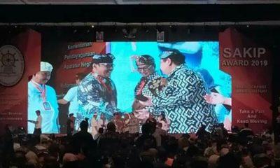Wakil Bupati Nunukan Faridil Murad menerima tanda penghargaan untuk Pemkab Nunukan yang telah berhasil menaikan levelnya dari predikat C menjadi predikat B SAKIP 2019 di Denpasar Bali, Senin (27/1/2020).