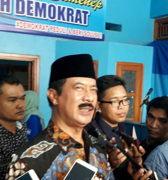 Fattah Jasin saat di wawancarai oleh awak media di Kantor DPC Partai Demokrat
