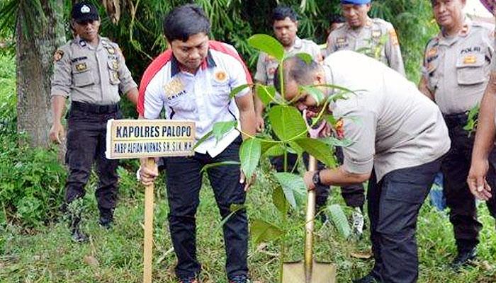 Kapolres Palopo Pimpin Tanam Pohon Serentak