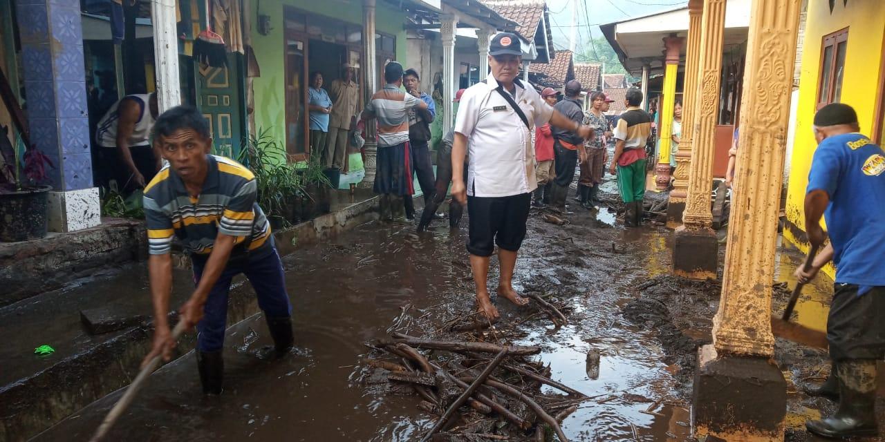 Pembersihan rumah warga akibat banjir bandang (3) (1).jpeg