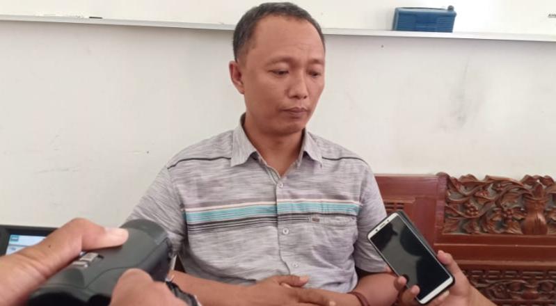 Ketua KPU Sumenep saat di wawancarai oleh awak media di kantornya. (FOTO: NUSANTARANEWS.CO/Mahdi)