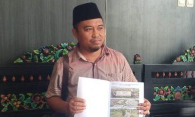 Kuasa hukum masyarakat Desa Errabu Rausi Samorano saat menunjukkan dokumen di Kantor Kejari Sumenep. (FOTO: NUSANTARANEWS.CO/Mahdi)