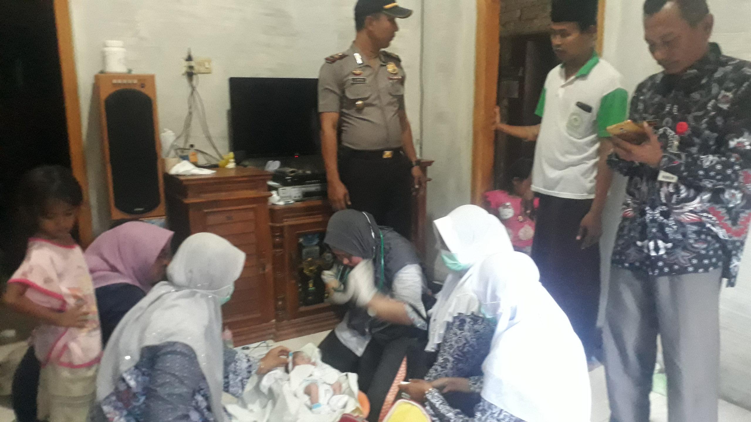 Tim medis melakukan pemeriksaan terhadap kondisi bayi di rumah Selfi Indriyani yang menemukan bayi. (Foto: nusantaranews.co/ Mahdi)