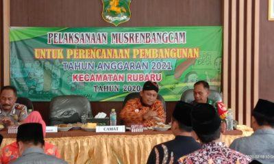 Camat Rubaru tengah maju batik, ditemani Koramil dan Kapolsek Rubaru. (FOTO: NUSANTARANEWS.CO/ Mahdi)