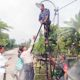 Cegah Tindak Kriminalitas, Babinsa Bersama Perangkat Desa Pasang Lampu Jalan