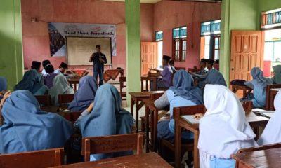 Pengurus AMOS saat memberikan materi pada siswa MAMaslahatul Hidayah. (Foto: nusantaranews.co/ Mahdi)
