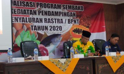 Kapala Dinas Sosial Kabupaten Sumenep saat memberikan sosialisasi bantuan sembako. (Foto: nusantaranews.co/ Mahdi)