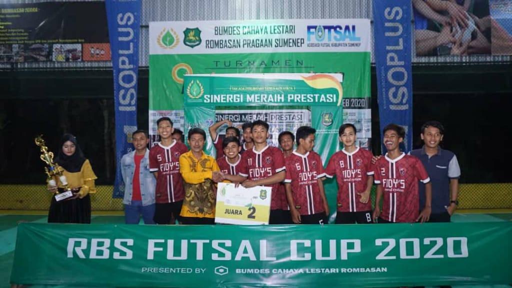 Salah satu tim juara foto bersama Kades Rombasan Muhlis Hidayat