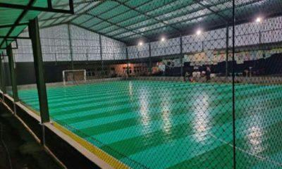 Sarana olahraga lapangan futsal bertaraf nasional milik BUMDes Cahaya Lestari di Desa Rombasan, Pragan, Sumenep, Madura, Jawa Timur yang disebut mampau raup keuntungan Rp 6-10 juta per bulan. (Foto: M Mahdi)