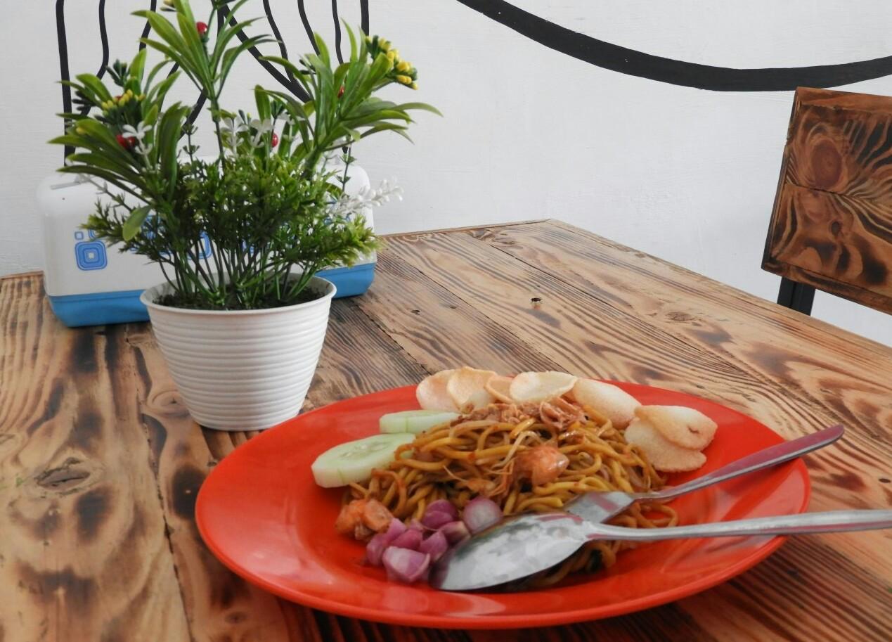 Kedai Aceh Bang Jall yang berada di jalan raya Ngawi-Solo KM 3 ini menawarkan berbagai menu masakan Aceh.