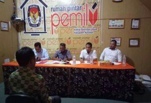 Komisioner KPUD Nunukan tengah mewawancarai salah satu peserta seleksi PPK dalam tahapan Tes Lisan
