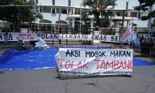 warga penolak tambang Tumpang Pitu menggelar aksi mogok makan.