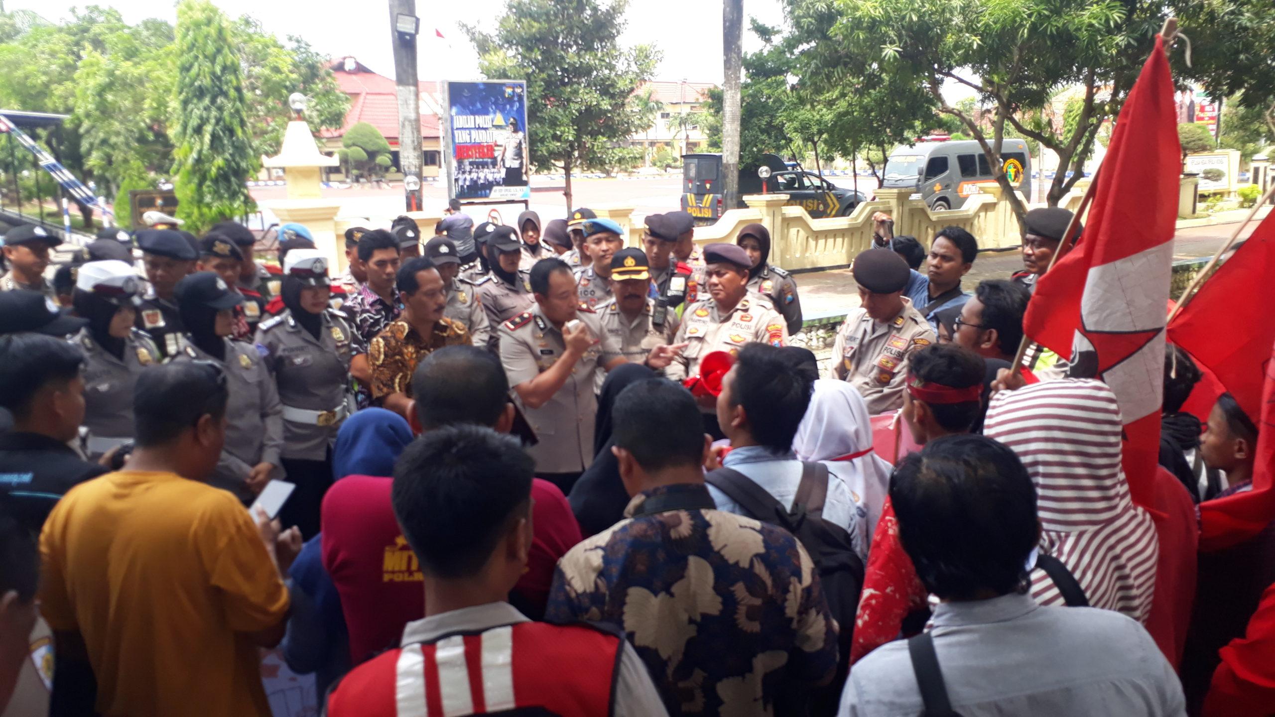 Aksi mahasisa GMNI di Depan Mapolres Sumenep Tuntut Selesaikan Kasus Beras Oplosan BPNT. (foto :nusantaranews.co /mahdi)