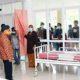 Bupati Sumenep KH. Abuya Busyro Karim di temani dr. Erliyati Direktur RSUD Sumenep saat meninjau ruang isolasi pasien covid 19 di gedung Islamic Center.(foto: nusantaranews.co / mahdi)