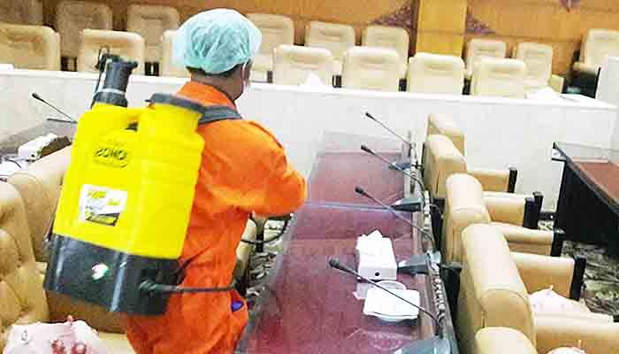 Kantor Dewan Jatim Disemprot Disinfektan Agar Bebas Corona