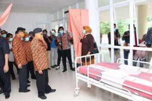 Bupati Sumenep saat melakukan pemantauan di gedung islamic center sebagai ruang isolasi pasien covid 19. (foto :nusantaranews.co /mahdi)