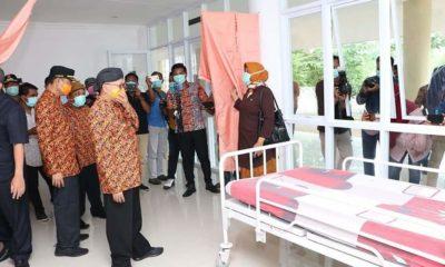 Bupati Sumenep KH. Abuya Busyro Karim di temani dr. Erliyati Direktur RSUD Sumenep saat meninjau ruang isolasi pasien covid 19 di gedung Islamic Center. (foto: nusantaranews.co / mahdi)