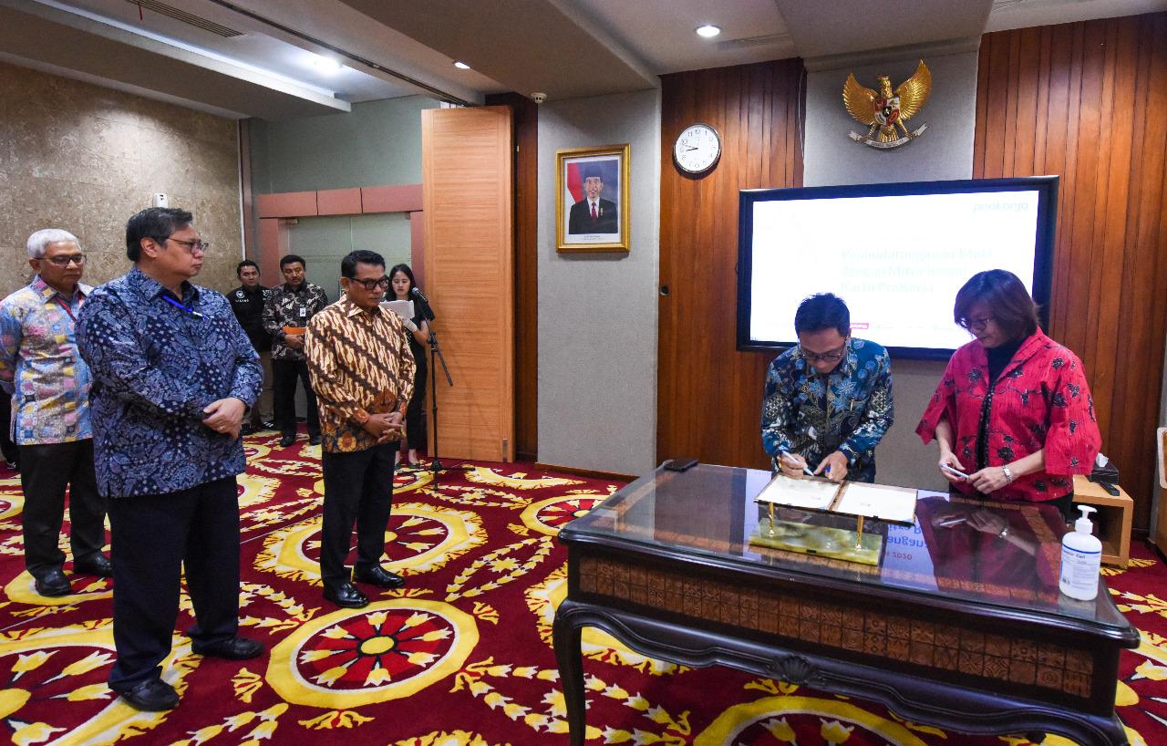 Menteri Koordinator Bidang Perekonomian Airlangga Hartarto (kedua dari kiri) dan Kepala Staf Kepresidenan Dr. Moeldoko (ketiga dari kiri) menyaksikan penandatanganan nota kesepahaman mitra platform resmi Kartu Prakerja yang dilakukan oleh Direktur Eksekutif Manajemen Pelaksana Kartu Prakerja Denni Puspa Purbasari (paling kanan) dan Direktur Digital Business Telkom  Faizal R. Djoemadi (kedua dari kanan) di Jakarta, Jumat (20/3).