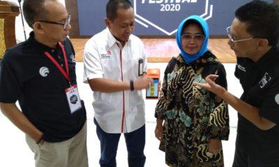 General Manager Wilayah Telkom Samarinda Slamet Riyanto (kedua dari kiri) saat mendemonstrasikan transaksi pembayaran sukses melalui aplikasi QRen disaksikan Kepala Dinas Komunikasi & Informatika Bontang Dasuki (paling kiri), Wali Kota Bontang Neni Moerniaeni (kedua dari kanan), dan Lead Squad QRen Telkom Fajar Eri Dianto (paling kanan) dalam acara Bontang Smart Festival 2020, Jumat (13/3).