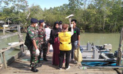 Personil TNI AL dari Pos AL Sri Pancang, Sebatik, Nunukan, Kaltara melakukan pemeriksaan terhadap semua warga yang masuk Perbatasan