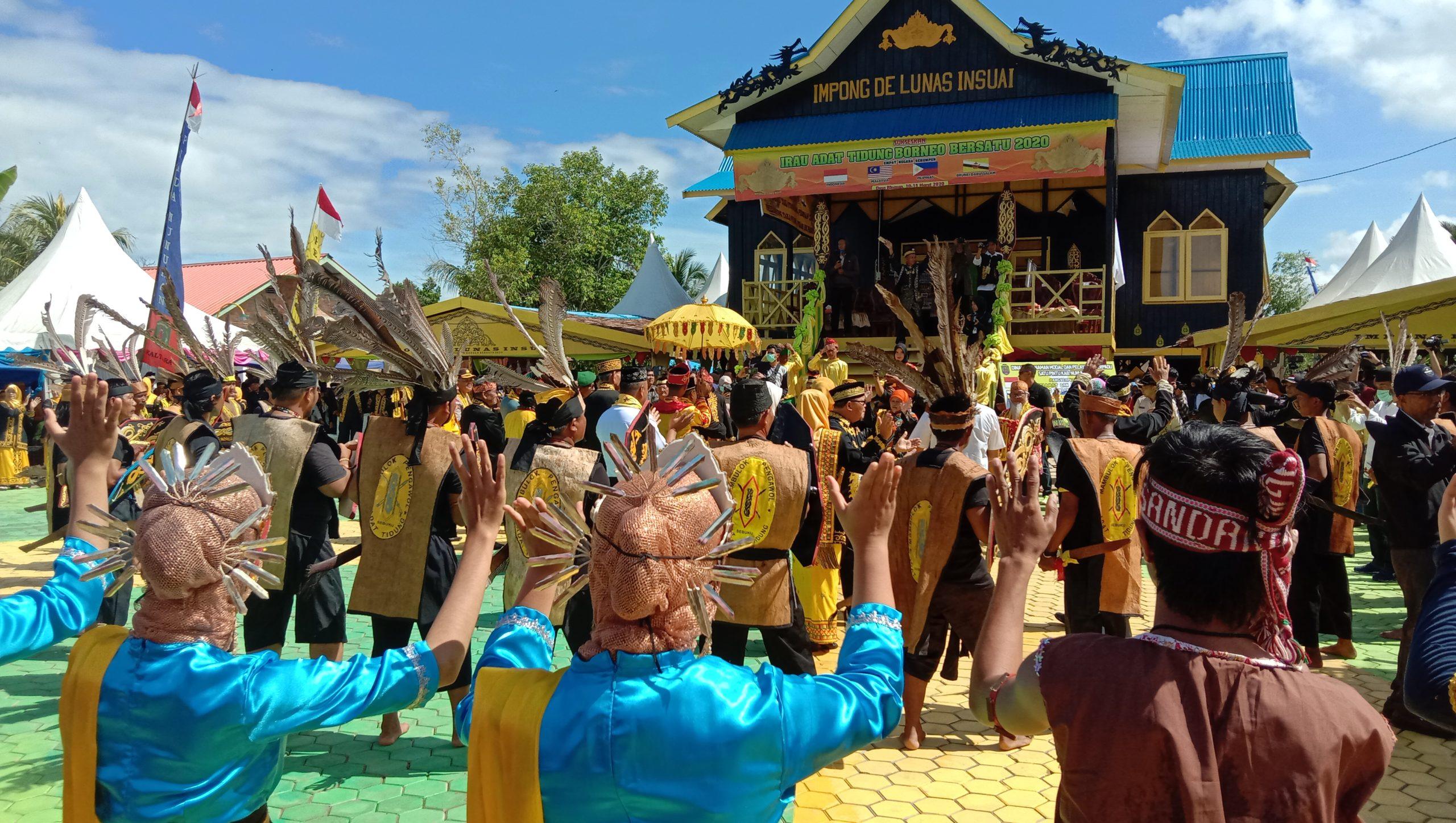 Para Pemuda dan Pemudi suku Tidung menari bersama tamu undangan dalam acara Pembukaan Iraw Borneo Bersatu 2020 di Pelataran Baloi ( Rumah Adat Tidung ) Desa Binusan, Nunukan, Kaltara, Rabu (11/3/2020).