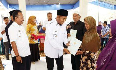Wakil Bupati Fauzi Serahkan Sertifikat Hak Atas Tanah