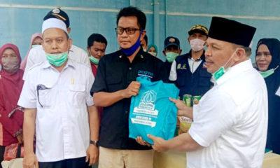 Bupati Pidie Jaya menerima bantuan sosial pemerintah Aceh dalam rangka penanganan Covid-19