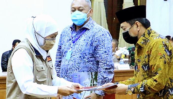 Pergub turun, tiga hari sosialisasi PSBB di Surabaya. Gubernur Khofifah Pada Acara Penyerahan Pergub PSBB (2)