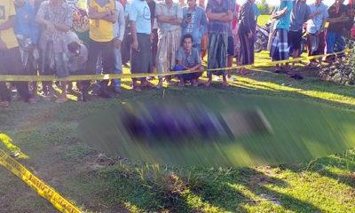 Seorang anak muda tewas tergeletak di lapangan Camplong Sampang, di sampingnya ada sepasang sandal wanita.