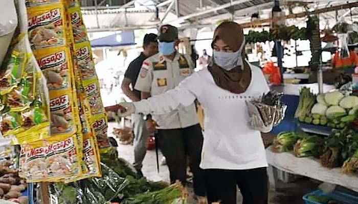 Gerakan 5000 Masker, Laura Bagikan Masker Ke Pasar di Nunukan