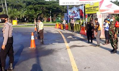 Aparat gabungan siaga di pintu tol keluar Surabaya.