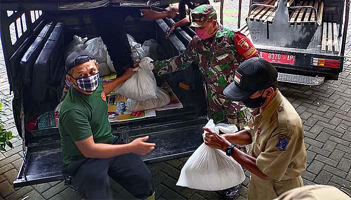 Babinsa Benowo kawal penyaluran paket sembako dari pemkot Surabaya.
