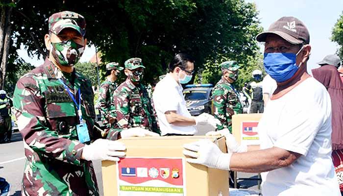 Pangdam Brawijaya salurkan seribu paket sembako untuk warga Jatim.