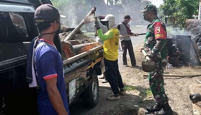 Di tengah pandemi, Babinsa Desa Ngampel tetap Semangat gotong royong perbaiki jalan desa.