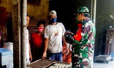 Babinsa Desa Ngampel, blusukan menghimbau warga terus kenakan masker, tangkal Covid-19.