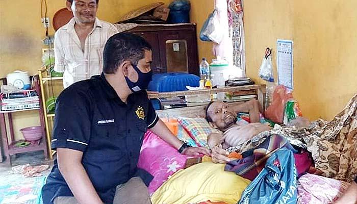 Bripka Joni anggota Polres Pidie Jaya membantu mantan kombatan GAM Sakit.