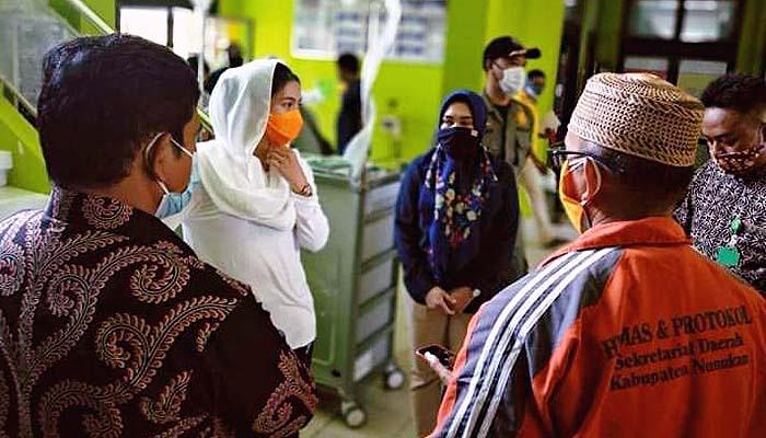 Bupati Nunukan jemput pasien Covid -19 yang telah sembuh dari rumah sakit.